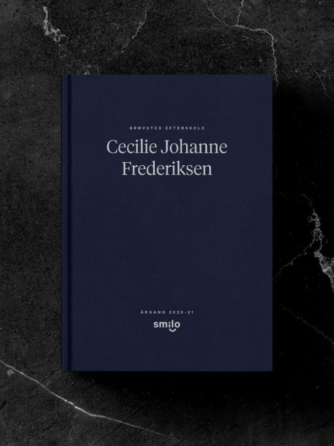 Forsiden af Smilos blå bog med elevens navn på forsiden, der gør hver bog helt unik