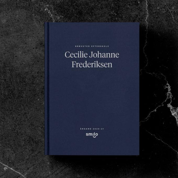 Smilos lækre blå bog vist på et marmorbord